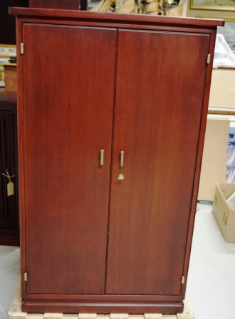 Cabinet in mahogany from the Italian liner M/N G. Donizetti. Double door, 2 detachable shelves/3 compartments.