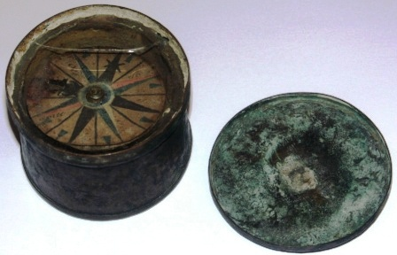 Early 19th century brass compass, incl lid (glass cracked).