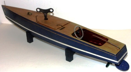 Model: 1930/40 wooden powerboat model, fitted with functional engine. Incl originial key.