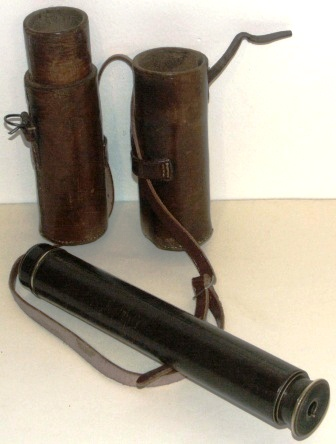 Early 20th century hand-held refracting telescope, made by Ross London, No 21378. With two brass draws and leather bound tube. Incl leather case.