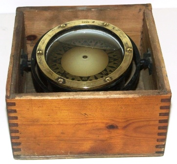 Early 20th century compass in brass made by C.M. Hammar, Gothenburg. Marked 1939. Mounted in gimbal, in original wooden box (excl lid).