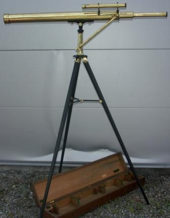 Late 19th century floor-stand telescope made by J. Lucking & Co, Birmingham & Leeds. Incl original wooden box. Metal floor-stand, brass telescope.