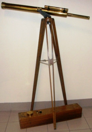 Early 20th century floor-stand telescope, maker unknown. Incl original wooden box. Wooden floor-stand, brass telescope.