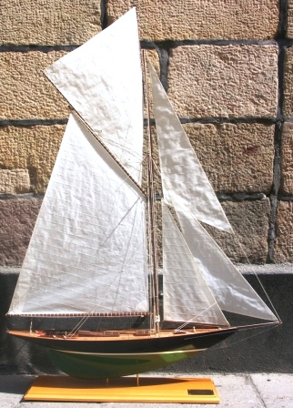 20th century built J-class model depicting the YUM, originally built in 1898 and designed by W. Fife Junior.